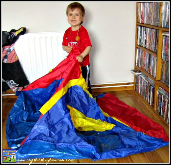 Camping in the livingroom, children and camping, tent construction, indoor camping, photo
