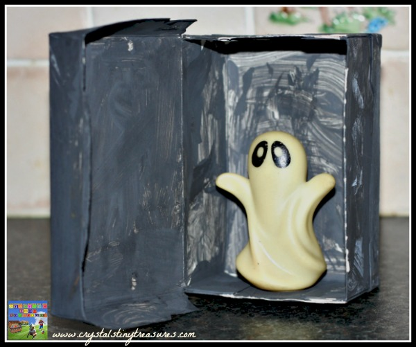Glow-in-the-dark ghost in the closet, spooky Halloween for kids, easy Halloween crafts for kids, Halloween ghost finger puppet uses, photo