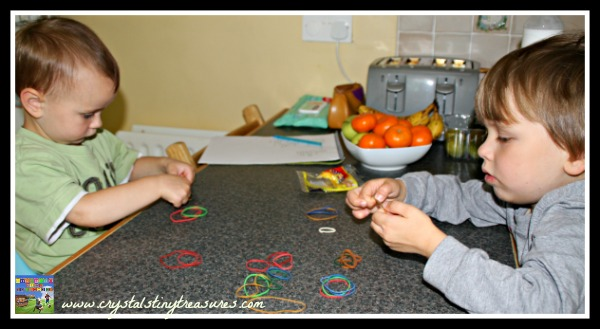 Sorting elastic bands by size, math skills for toddlers and preschoolers, photo