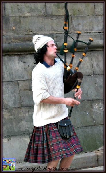 Bagpipe player in Edinburgh, Crystal's Tiny Treasures, travelling with kid, photo