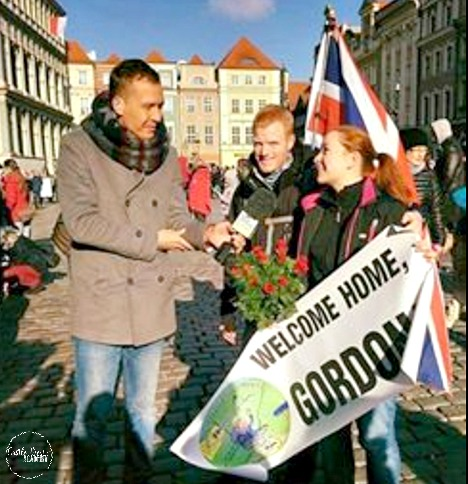 Gordon being welcomed to his new home live on Polsat TV